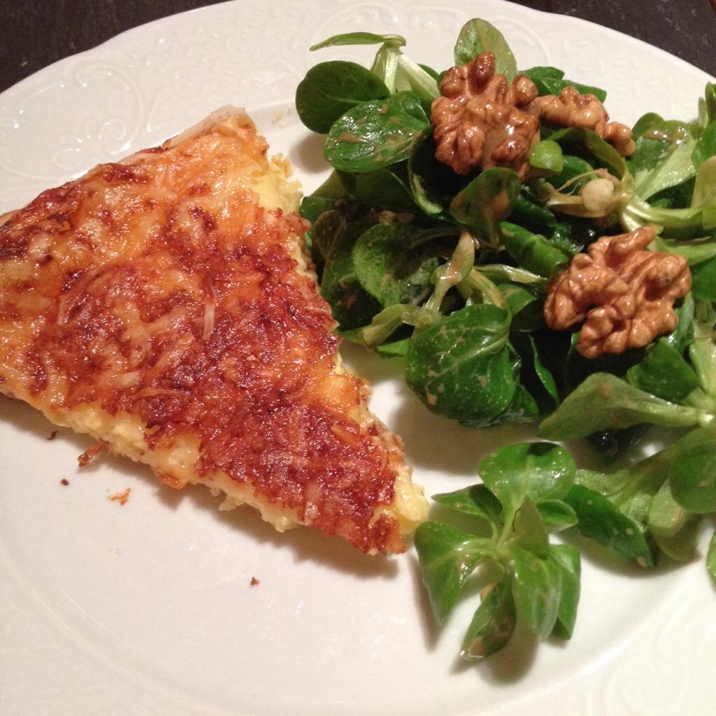 Tarte savoyarde, salade de mâche et noix