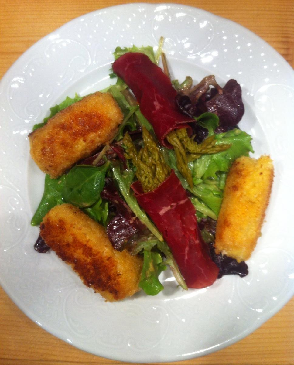 Salade hivernale aux beignets de pommes de terre et comté
